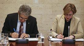 M. Francesc Homs et Mme Hermeline Malherbe signent l'Accord-cadre